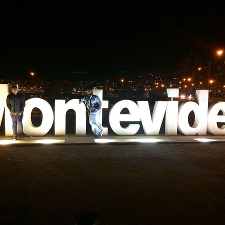 Montevideo Sign: Letreiro de Montevideo em Pocitoa à noite!