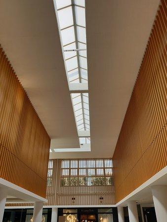 Arturo Soria Plaza: Detalle de elementos de decoración del techo y laterales superiores