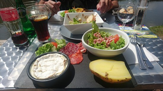 Autheuil-Authouillet, France: Salade camembert chaud