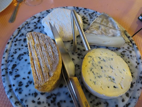 Les Estables, França: Cheese at every meal...Yum !