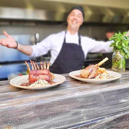 Manolis Restaurant Lindos: Ο Σεφ προτείνει Καρέ και Κότσι αρνιού