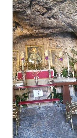 La Ermita Virgen De la Pena: prima grotta con la statua