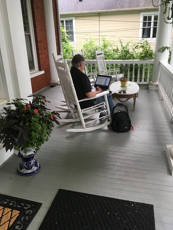Chestnut Street Inn: More front porch rockers. A pleasant place to work on your laptop!