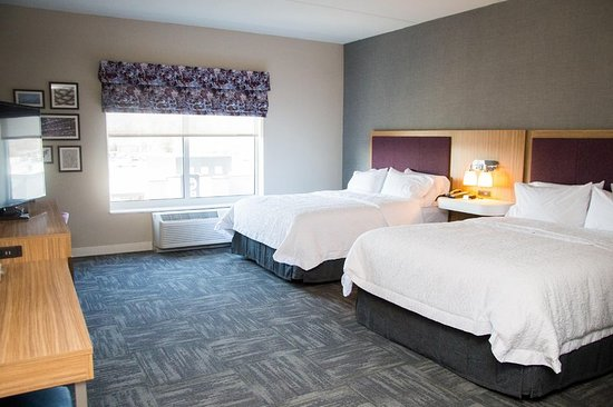 Hampton Inn & Suites Warrington Horsham: Guest room