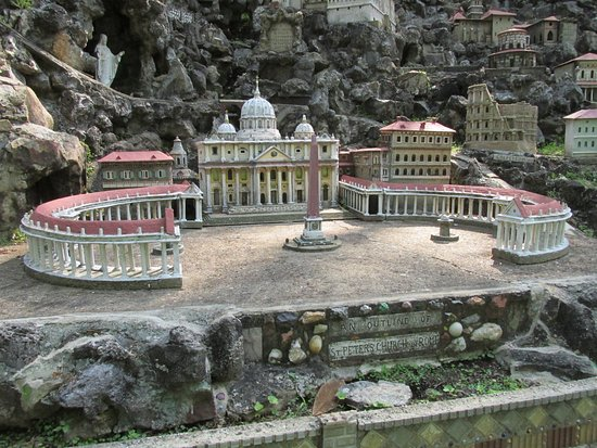 Ave Maria Grotto: Vatican Square, Rome, Italy