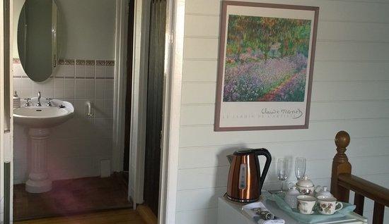 Fremantle Bed and Breakfast : Room 5 - bathroom, fridge with tea & coffee making facilities
