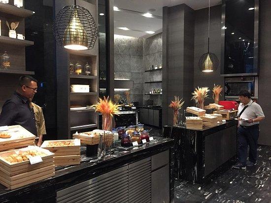 Sofitel Kuala Lumpur Damansara: Kwee Zeen Cafeteria serves good breakfast