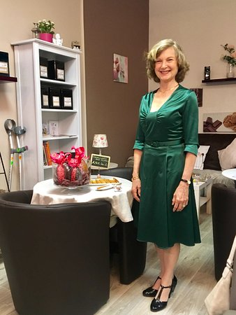 Chatel-Guyon, Francja: Susan showing off her new green dress in the café!