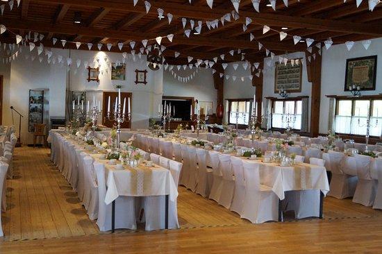 Niedersonthofen, Germany: Der kleine Saal eingedeckt für eine Hochzeit