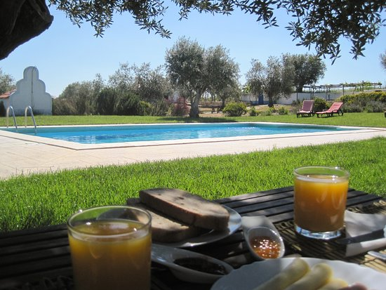 Vimieiro, Portugal: Breakfast at the pool