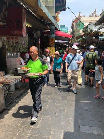 Jinshan Jinbaoli Old Street: Tourists bringing food back to the shop