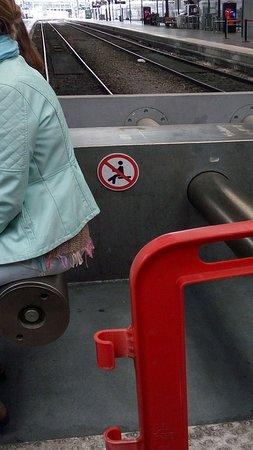 Gare du Nord: forbidden to sit