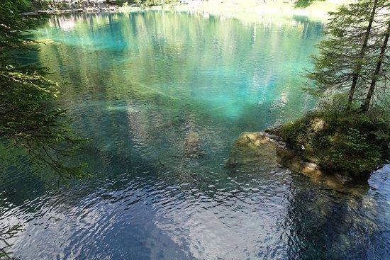 Blausee-Mitholz, سويسرا: Efsaneye göre sevdiğine kavuşamayan bir genç kız suya atlayıp taş olmuş.