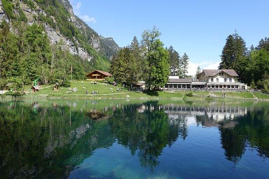 Blausee-Mitholz, سويسرا: Göl kıyısında bir cafe de mevcut.