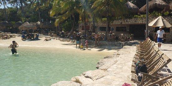 Xcaret: praia artificial.
