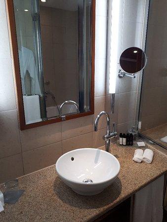 Sofitel Athens Airport: Bathroom and exterior