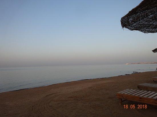 The Three Corners Sunny Beach Resort: La plage au moment du coucher de soleil ou la couleur dela mer et du ciel son presue les même