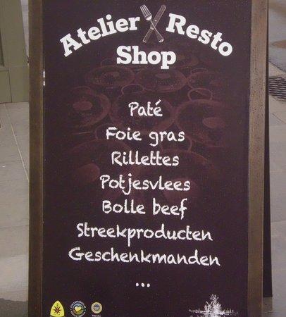 Alveringem, Belgia: Aan de ingang van de winkel waar je ook rustig kan tafelen , ook bereikbaar via restaurant.