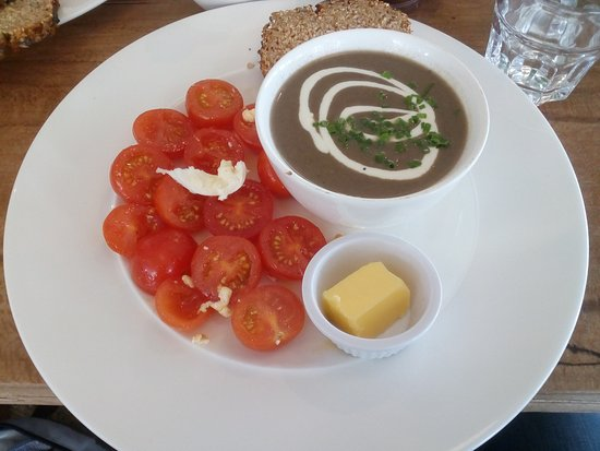 "Fethard, ไอร์แลนด์: mushroom soup, brown bread and ""tomatoe, mozarella and basil salad"""