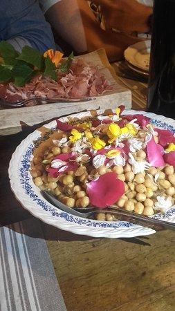 Auberge de Layotte: salade de pois chiche aux fleurs