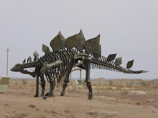 Erenhot, China: Saurier als modernes Kunstwerk