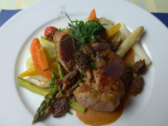 Restaurant Bahnhof Rosshäusern: Schweinsfilet mit Rohschinken, Morcheln, Spargeln, Gemüse