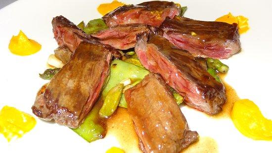 Restaurante Vinas: La ternera lechal con tallarines de judías verdes y boletus es de Sobresaliente total.