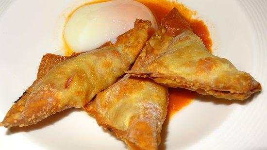 Restaurante Vinas: El crujiente de longaniza de Biescas con huevo a 65º y caldo de tomate asado es para levitar .
