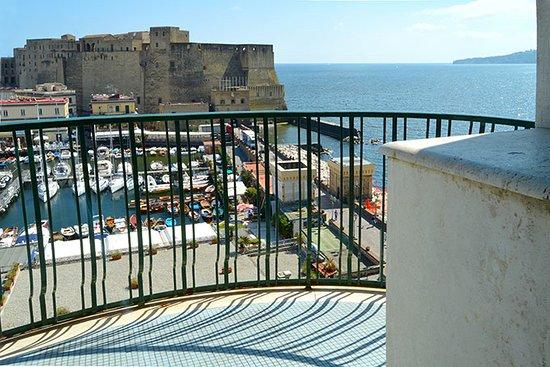 Grand Hotel Vesuvio: Vista da sacada para a marina