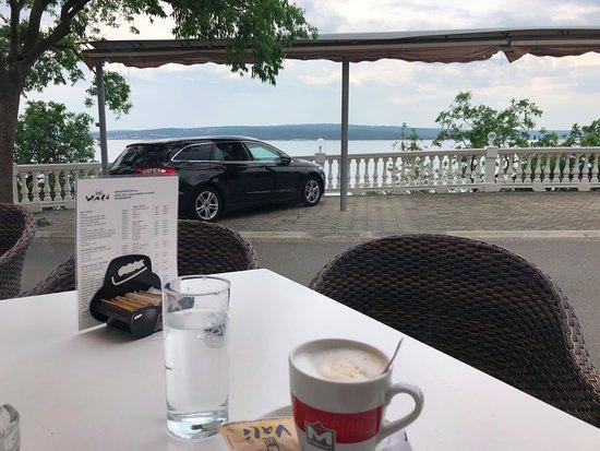 Dramalj, Kroatien: Sogar Parkplatz mit Meerblick :-)
