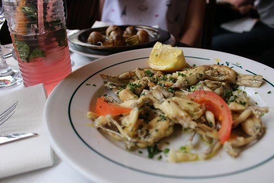 Café Le Petit Pont : лягушачьи лапки. порция 15 шт - 9,9 евро