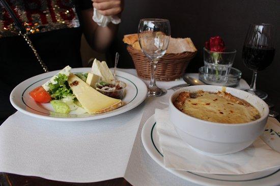 Café Le Petit Pont : тарелка 3 вида сыра - около 11 евро. луковый суп - 6,4 евро