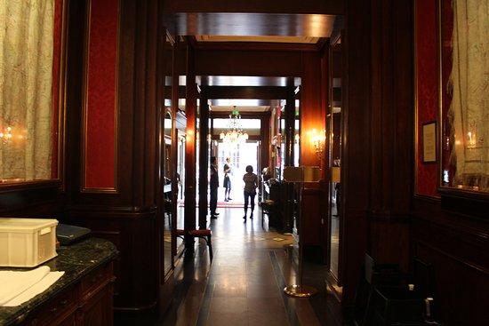 Cafe Sacher Wien: коридор кафе