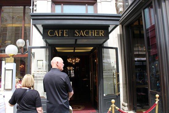 Cafe Sacher Wien: на входе придется постоять в очереди