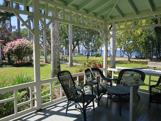 Edison and Ford Winter Estates: Porch m. Garten