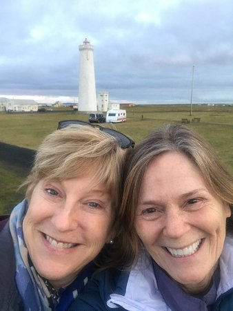 Lighthouse-Inn: Friends in front of the nearby lighthouse (walking distance from the hotel)