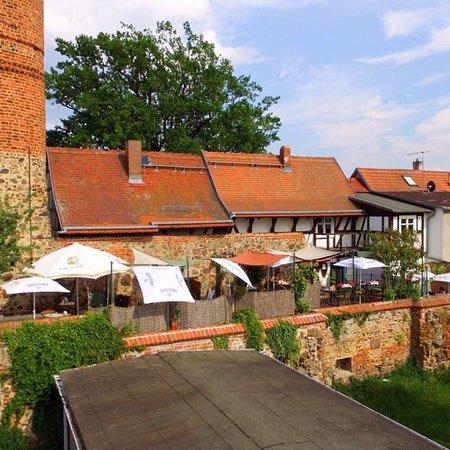 Jueterbog, Tyskland: Café Restaurant Tetzelstuben  Direkt auf der Stadtmauer ( Sommerterrasse )  Mit Blick auf das Da