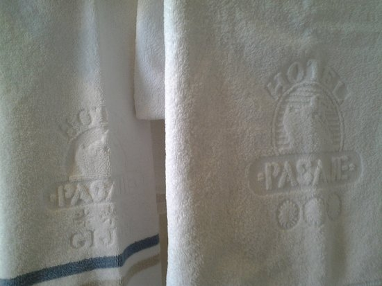 Hotel Pasaje: Bath towels