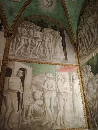 Castello di Roccabianca: Affreschi interni in monocolore grigio