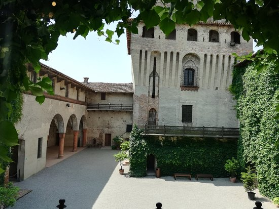 Castello di Roccabianca: Cortile interno con il porticsto ed il mastio