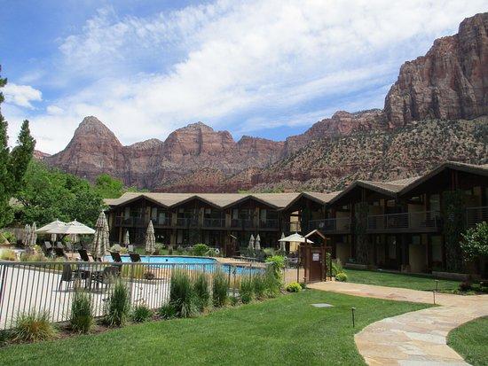 Desert Pearl Inn: Pool area