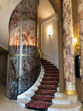 Ritz Paris: Glass Elevator near L'Espadon Restaurant