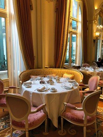 Ritz Paris: Beautiful Linens and China at Breakfast at L'Espadon