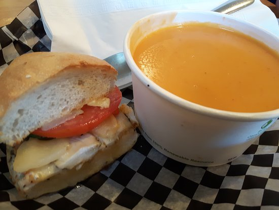 Stony Plain, Canadá: Lobster bisque & chicken, brie & pear sandwich