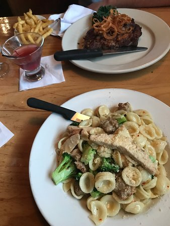 Amsterdam, نيويورك: Impeccable Entrees (Ribeye steak and Chicken, Sausage, and Broccoli)