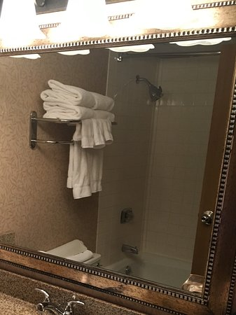 Red Lion Hotel Kalispell: Plenty of counter space.....has a blow dryer + shampoo, conditioner, lotion, soaps