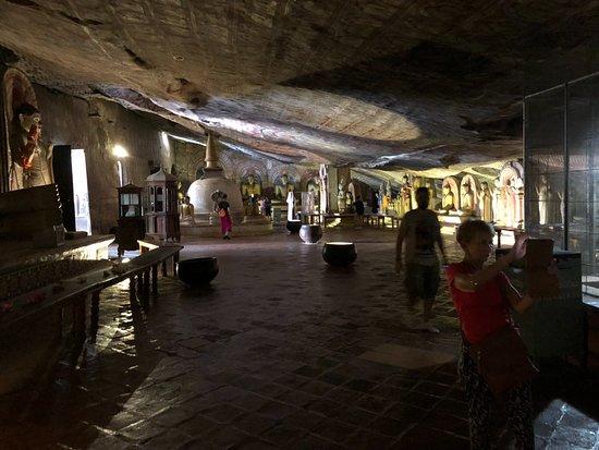 Ναός του Σπηλαίου Νταμπούλα: Main cave. Wall paintings from 11th century.