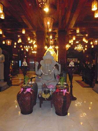 Okay Boutique Hotel: Ganesh just inside the front door