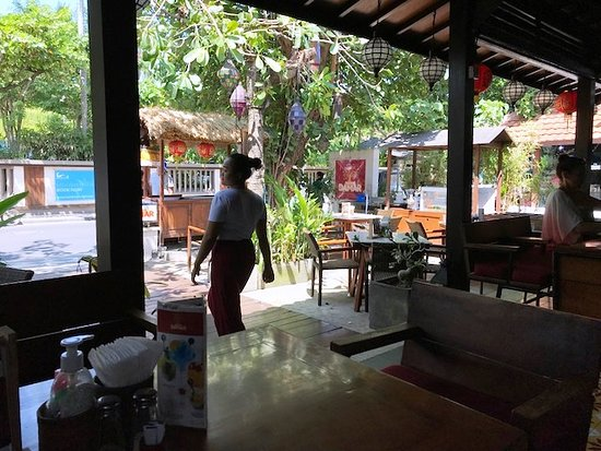 Warung Damar: テーブル席の前にテラス席