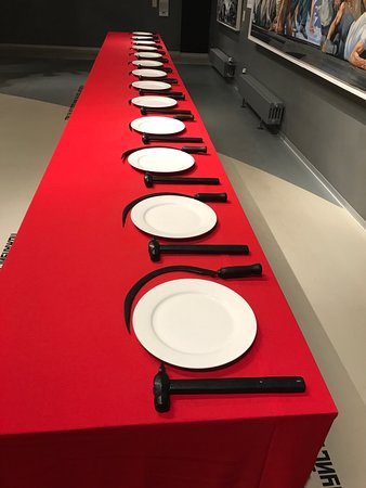 พิพิธภัณฑ์เอราร์ตา และพื้นที่แสดงศิลปกรรมร่วมสมัย: Erarta Museum in St.Petersburg: dinner table